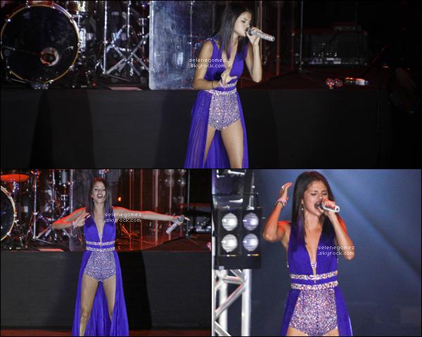 04.02.12 - Selena Gomez a donnée un nouveau concert à Rio de Janeiro ( Brésil ). Avis perso :Sa tenue est la même et est superbe. J'aime la couleur et le modèle.Vous aimez ?