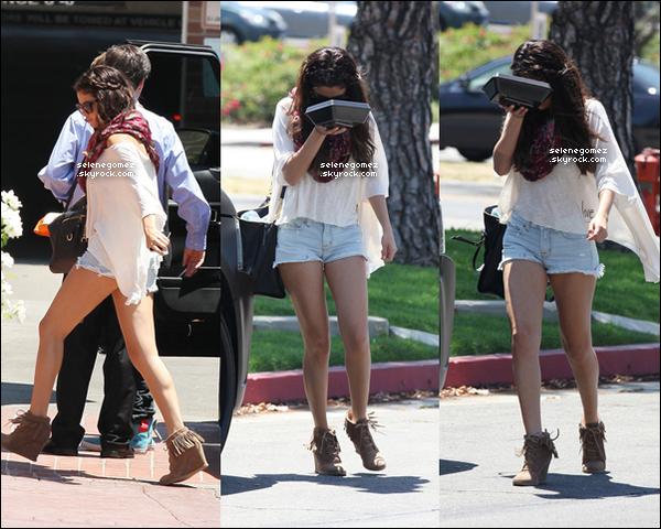 05/08/12 - Selena allant au restaurant BJ avec son petit ami Justin Bieber.
