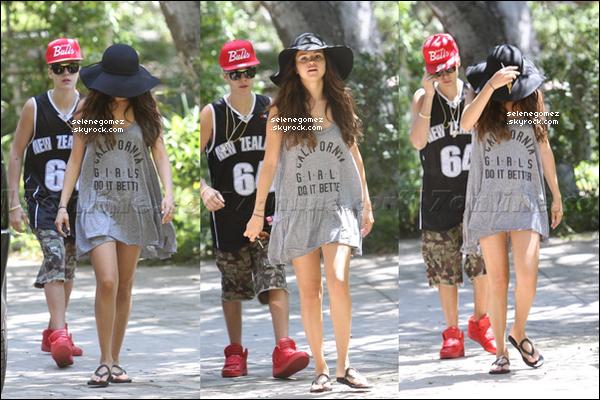 18/08/12 Selly -au naturelle- et Justinont été aperçusse rendant dans la maison de Selena àLos Angeles.
