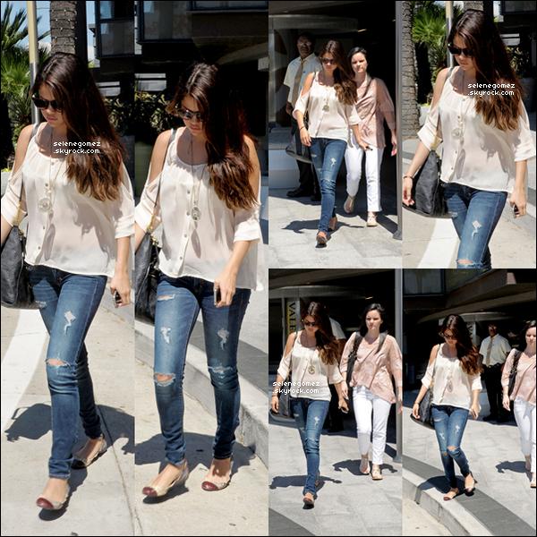 14/08/12Selena Gomez et son amie Ashley Cook quittant le century City Mall ( Los Angeles ).