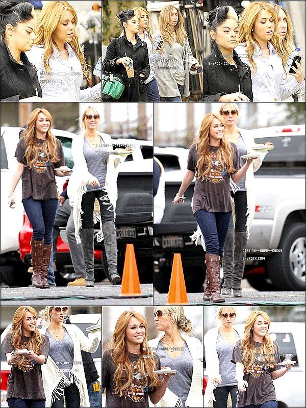 ......  15.12.10 ...... Miley en Tournage d'une scène pour So Undercover encore.  ......