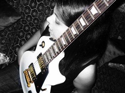 La musique est le langage des émotions. Elle donne une âme à nos coeurs et des ailes à la pensée. Elle accompagne notre vie, souligne nos souvenirs, s'invite dans notre intimité. Sans musique, la vie serait une erreur. ›