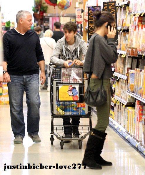 Justin Bieber et Selena Gomez ont été aperçus dans un magasin situé à Enrico en Californie.