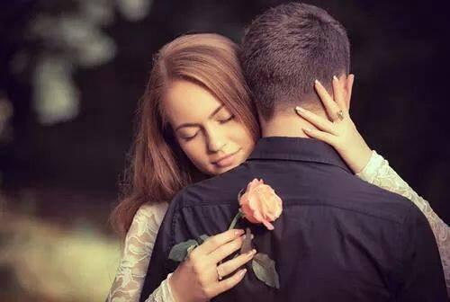 Entre nous  C'est l'amour fou Entre nous Nous nous disons tout Entre nous On s'aime un peu, beaucoup Entre nous Tempête de bisous Entre nous La passion est plus forte que tout Entre nous Jamais notre amour ne sera dissous Entre nous Des sentiments doux Entre nous Les autres,on s'en fou.