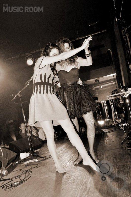 elodie frege en concert avec le groupe nouvelle vague a dubai le 11 mars 2016 ( 3 )