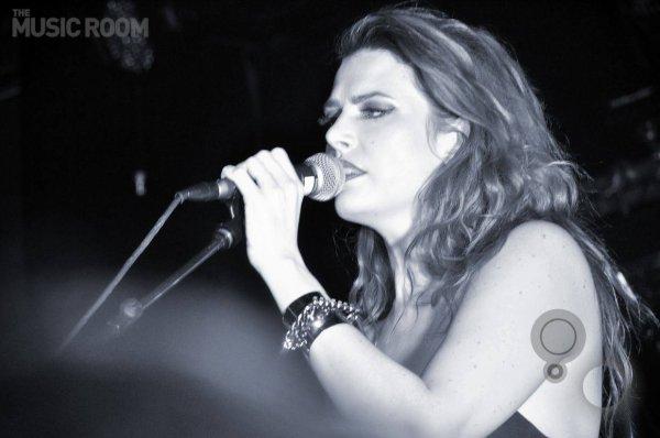 elodie frege en concert avec le groupe nouvelle vague a dubai le 11 mars 2016 ( 5 et fin )