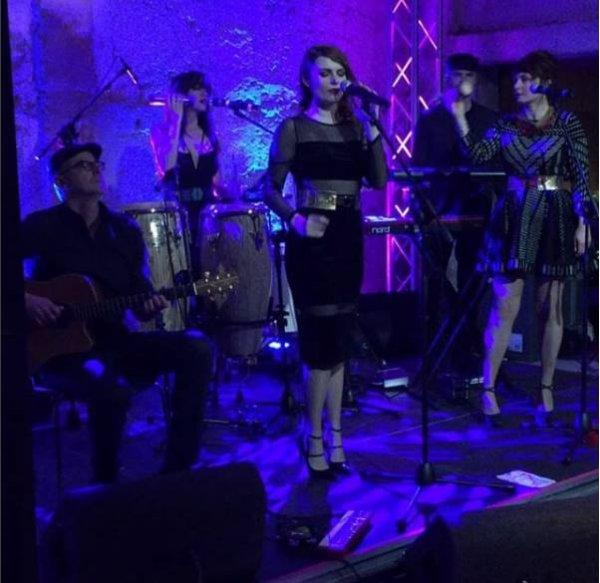 elodie frege tusty le magazine final en musique avec la Nouvelle Vague au dîner de Noël Zalando à Milan le 15 décembre 2016 et le concert a Ankara en Turquie le 16 décembre 2016 :
