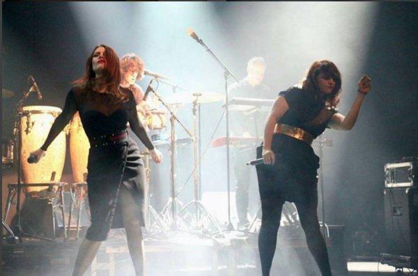 Elodie Frégé, au défilé de mode Paule Ka collection prêt-à-porter Automne-Hiver 2017 2018 à l'hôtel Intercontinental à Paris, France, le 27 février 2017 et son concert a Barcelone en Espagne le 3 mars 2017