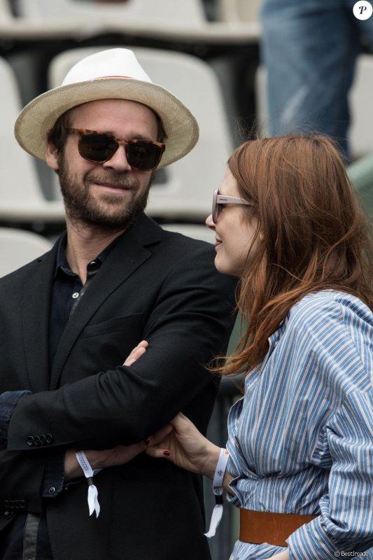 elodie frégé avec son nouveau chéri le chanteur Cyril mokaiesh a Roland Garros le 7 juin 2017 ( 1 )