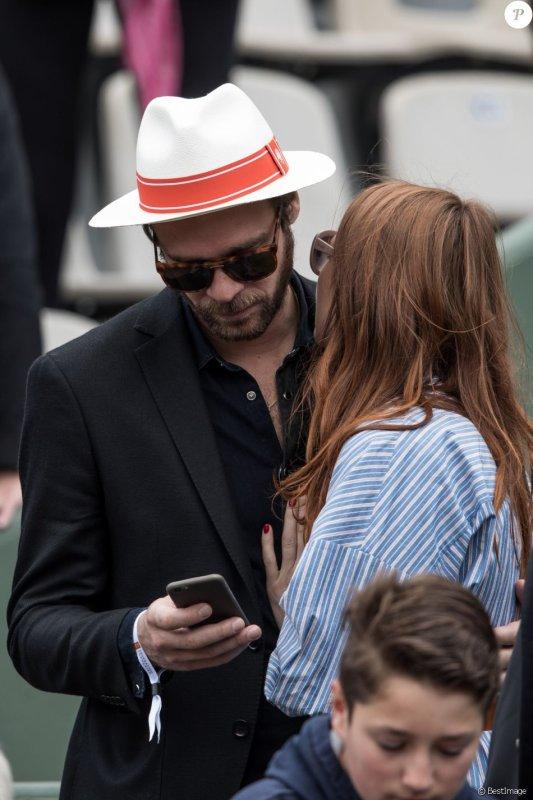 elodie frégé avec son nouveau chéri le chanteur Cyril mokaiesh a Roland Garros le 7 juin 2017 ( 2 )