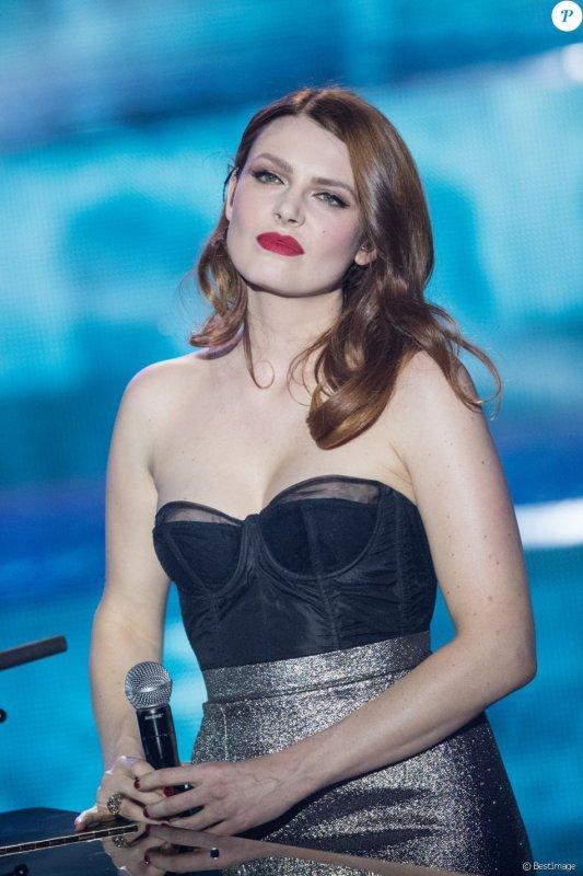 """Elodie frege dans l'émission de tf1 spécial """" Michel Berger, 25 ans déjà """" le 29 juillet 2017 ( 1 )"""