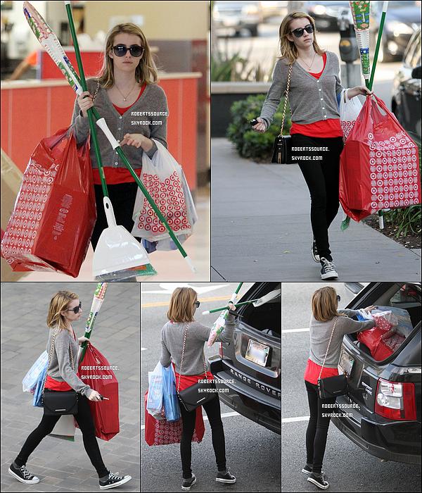 . 14 décembre 2011 - Emma a été repérée les bras chargé de courses à Los Angeles, tenue assez basique, ce sera un petit top. Ceci est un article flashback____ .