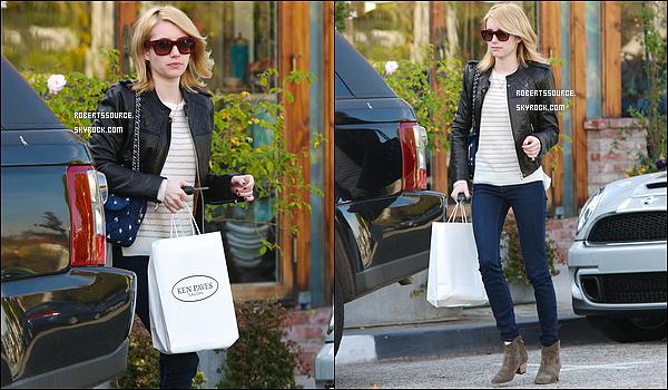 . 29 décembre 2011 - De retour à Los Angeles, Emma est allée faire quelques courses chez West Elm & au Ken Paves Salon, top! .