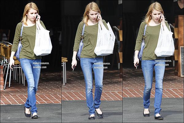 . 11 janvier 2012 - Miss Roberts a été photographiée quittant le Mauro Cafe qui se situe à Los Angeles. bof pour son t-shirt + sac. .