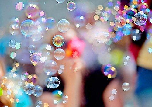 . [ Je lève mon verre aux amoureux de la vie,   Je lève mon doigt aux amoureux de la guerre. ]  Bref, je leur PEACE dessus ✝  .
