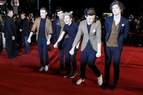 """T'as Liam Louis et Niall qui danse a fond le gnangnam style, puis t'as Zayn qui les regarde en mode """"T'es fou y a trop de caméras je le fais pas walah"""" et Harry en mode """"Souris tu passeras pour quelqu'un d'intelligent a côté de ces 3 boloss"""""""
