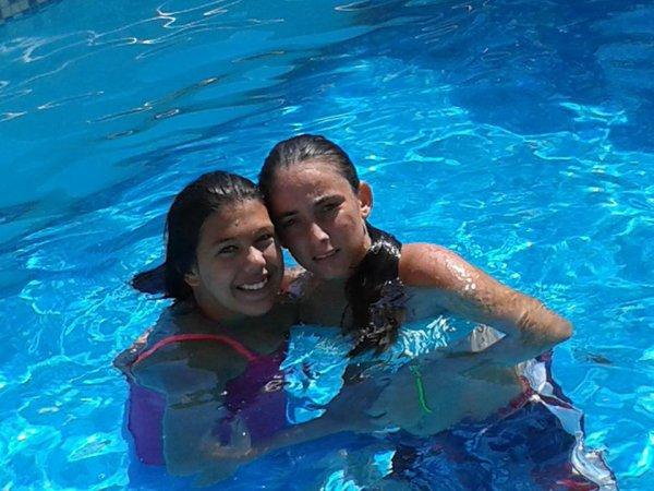 moi et ma belle ser a la piscine