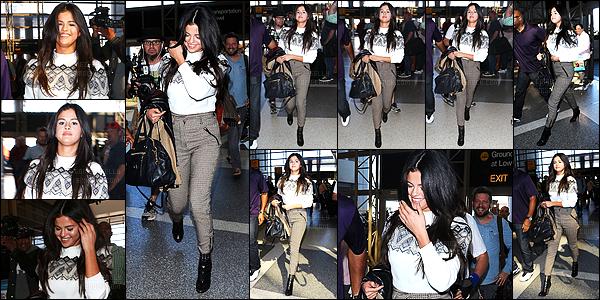 - 09/03/15 : Selena Gomez s'est faite photographiée en arrivant dans l'aéroport internationale LAX à Los Angeles.   'Selena G. pas très souriante était sur le chemin pour prendre un avion, où ne savons pas encore la destination. Quant à la tenue je n'aime pas trop. -