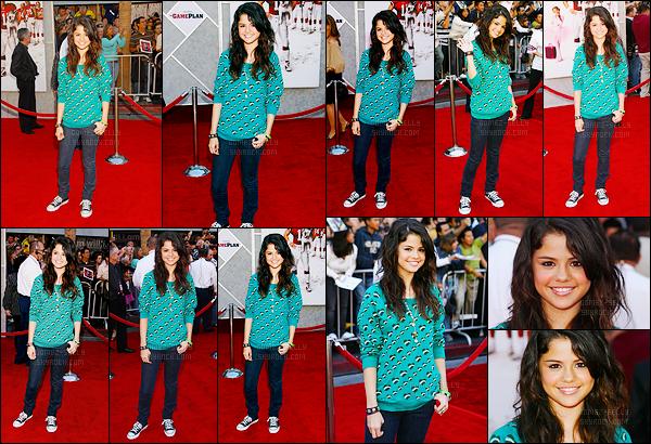 23.09.07 ─ Selena Gomez était présente lors de l'avant-première de « The Game Plan », étant, dans Los Angeles.La jeune actrice qui est a peine connue était présente à la célèbre cérémonie, où elle est apparue habillé tout simplement, j'aime bien, un jolie top !
