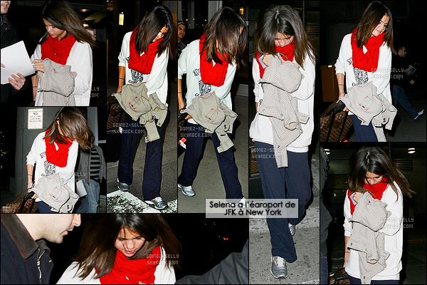 13.03.2011 ─ Selena Gomez a été photographiée alors qu'elle arrivait à l'aéroport de LAX étant dans Los Angeles.C'est dans une tenue très décontractée que nous retrouvons la brunette S. à l'aéroport internationale. Je n'aime pas du tout la tenue, et les lunettes !