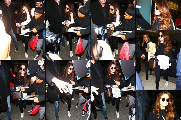 11.03.16 ─ Selena Gomez a été photographiée, alors, qu'elle arrivait à l'aéroport de LAX, étant dans Los Angeles.Selena G. a donc déjà quitté Londres à peine arrivée ! La jeune chanteuse est donc rentrer chez elle, en espérant avoir des news de la belle encore !