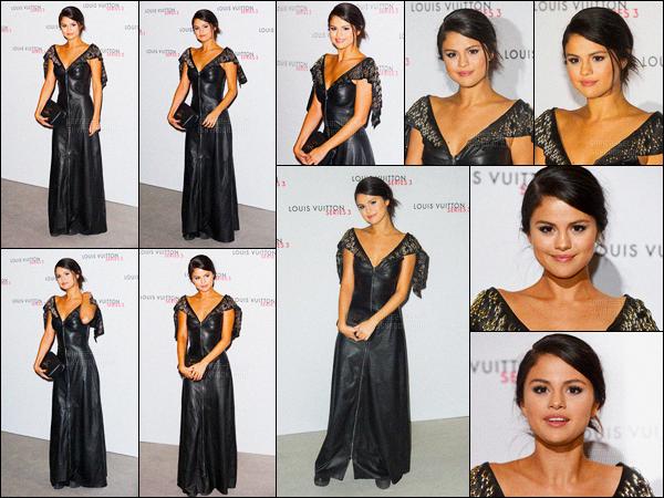 20.09.2015 ─ Selena Gomez était présente au show du célèbre Louis Vuitton, étant, dans Londres, en Angleterre.Alors là, ce n'est pas réellement un top que notre belle Selena nous a fais là. Je n'aime pas beaucoup et ces chaussures encore moins.. un flop ! Et vous ?