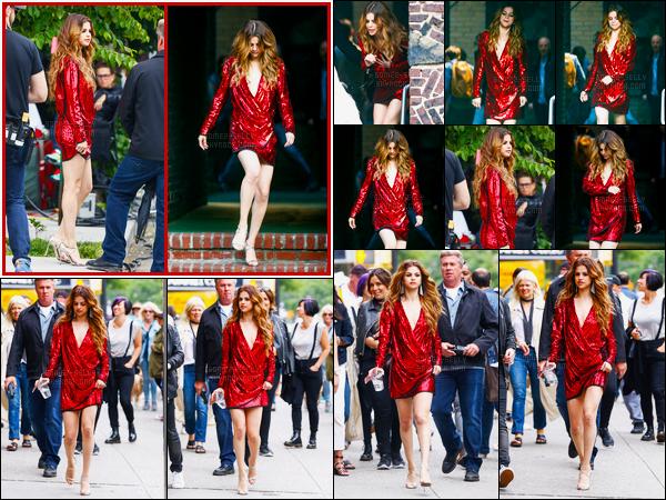 03.06.16 ─ Selena Gomez a été photographiée, alors, qu'elle se rendait sur le set d'une pub, dans New-York City.Donc comme je le disais, Selena Gomez a tournée une pub, et il s'agit d'une pub pour Verizon. Vous pouvez découvrir la publicité ci-dessous sur l'article.