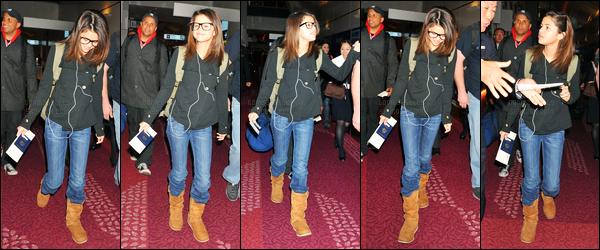 19.02.2011 ─ Selena Gomez a été photographiée pendant qu'elle arrivait à l'aéroport Haneda, qui est dans Tokyo.Nous ne connaissons pas les raison de l'arrivée de notre brunette S. à Tokyo. En tout cas elle a l'air très ravie vu son plein sourire. C'est un beau top.