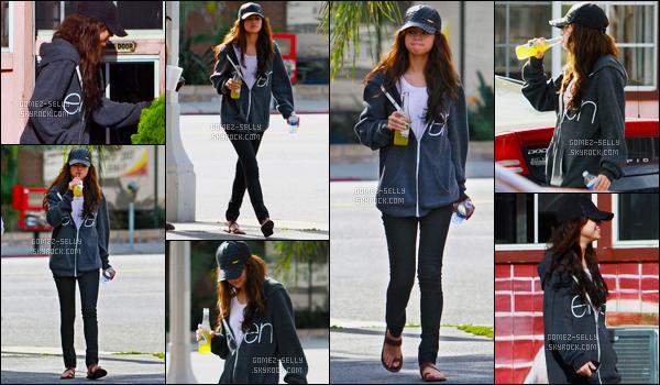16.01.11 ─ Selena Gomez a été aperçue alors qu'elle quittait le Bronco Burrito avec sa mère dans Los Angeles, CA.Avec une bouteille de jus de fruits (je suppose vu la couleur) d'une main, une bouteille d'eau dans l'autre. Selena Gomez est apparue très décontractée