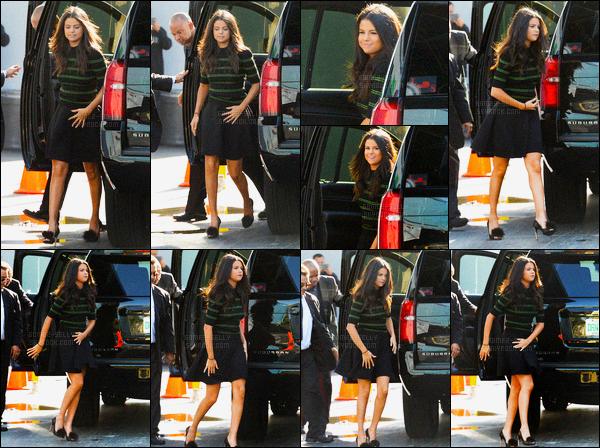 18/09/2015 : Selena Gomez a été aperçue alors qu'elle arrivait à l'émission ¡Despierta América!, dans Miami. Selena G. s'est rendue à l'émission pour promouvoir Hôtel Transylvanie 2.. Elle s'est fait enroulée dans du papier toilette, elle reste trop mignonne !