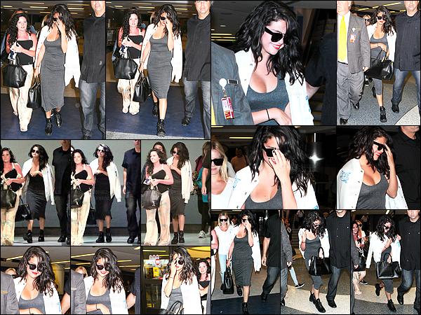 - 19/04/15 : Selena Gomez s'est faite photographiée en arrivant dans l'aéroport internationale LAX à Los Angeles.   'C'est finis les vacances pour la belle ! Selena a repris le chemin du retour pour son domicile à Los Angeles. J'aime beaucoup sa tenue ! C'est un top. -