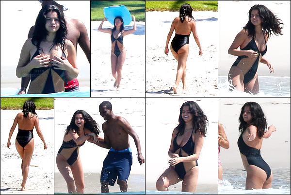 - 16/04/15 : Selena Gomez s'est faite photographiée alors qu'elle profiter de la plage avec ses amies au Mexique.   'Selena a donc changer de maillot de bain, es ce que c'est à cause des polémiques sur son poids avec son maillot de bain rose ? J'aime moins celui là. -