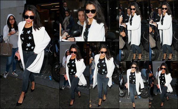 27/09/2015 : Selena Gomez a été photographiée quittant le magasin Louis Vuitton, se situant dans Paris, FR. C'est sûre que un dimanche, Selena ne peut pas faire de promotion. Donc il faut s'occuper autrement en faisant du shopping à Paris ! Un jolie top !