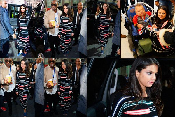 12/10/2015 : Selena Gomez a été photographiée, alors, qu'elle se rendait aux studios de SiriusXM, à New York. Selena a accorder une interview à la radio Newyorkaise. La belle brunette Américaine, était vêtue d'une robe rayée assez bizarre, j'aime pas trop.