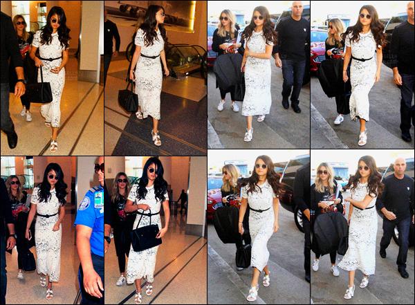 09.10.2015 ─ Selena Gomez a été photographiée, alors, qu'elle arrivait à l'aéroport de LAX, étant, à Los Angeles.Nous ne connaissons pas encore la destination de la belle Selena G. Peut être encore de la promo pour l'album ? En tout cas, sa tenue est un jolie top...