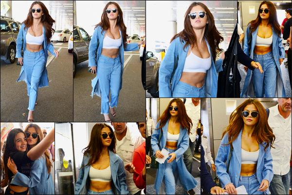 09.04.16 ─ Selena Gomez a été photographiée arrivant à l'aéroport International, se situant dans Miami, Floride.La jeune chanteuse S. a profité de son passage à Miami pour passer du temps avec Vanessa Hudgens. Selly a donc repris un envol pour rentrer à LA.