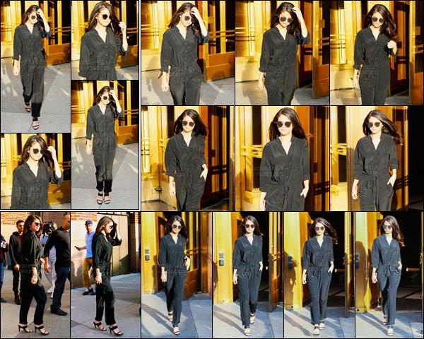 13/10/2015 : Selena Gomez a été aperçue alors qu'elle quittait les studios de « iHeartRadio », dans New York. Notre brunette était vêtue d'une combinaison toute noire et des lunettes de soleil. J'aime beaucoup sa tenue, c'est donc un top. Votre avis à vous?