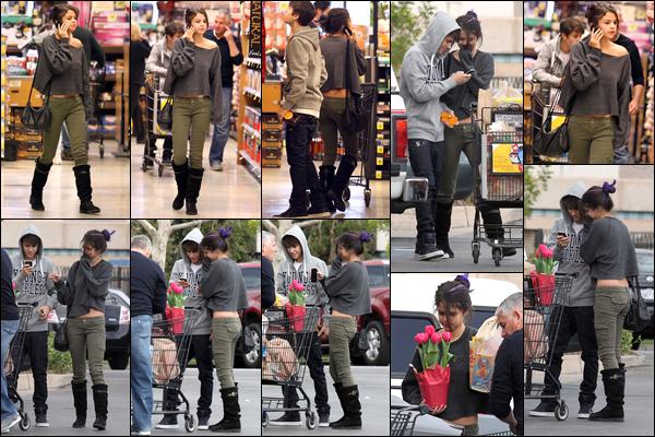 14.01.2012 ─ Selena Gomez a été photographiée, alors, qu'elle faisait des courses, étant, dans Los Angeles, CA.Je suis totalement fan des mèches de couleur de Selena, ça lui va tellement bien ! Pour sa tenue, elle est très jolie c'est  un top. Donnez votre avis !