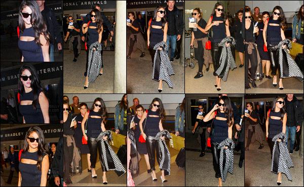 29.09.2015 ─ Selena Gomez a été photographiée, alors, qu'elle arrivait à l'aéroport de LAX, étant, à Los Angeles.Après quelques heures de vol, Selena Gomez est enfin rentrer sur le sol Californien. Selena a changer son top, et je le préfère à celui de Paris. Et vous ?