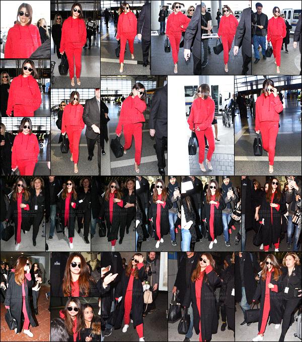 07.03.16 ─ Selena Gomez a été photographiée pendant qu'elle arrivait à l'aéroport de LAX, dans Los Angeles, CA.Selena Gomez a donc pris un vol direction la capitale, Paris. Elle a été photographiée par la suite à l'aéroport Charles de Gaulle à Paris. C'est un jolie top.