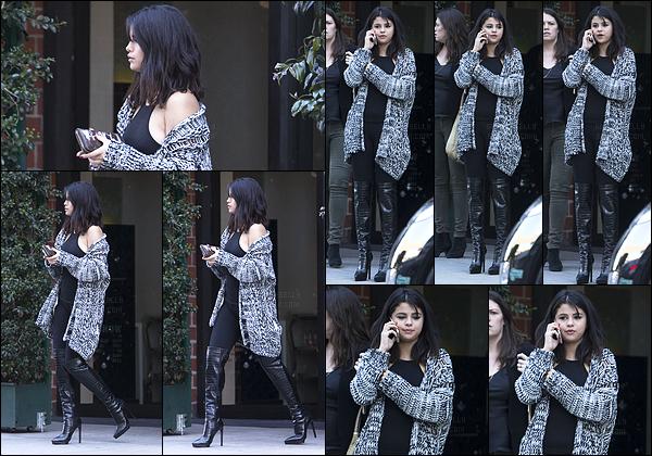 - 15/01/15 : Selena Gomez a été photographiée quittant le restaurant « Mr Chow », dans Beverly Hills, Californie.   Il paraît d'après les rumeurs qu'il y ai eu des retrouvailles entre Selena et Justin. Quant à la tenue, elle est sobre mais classe. C'est un top pour moi. -