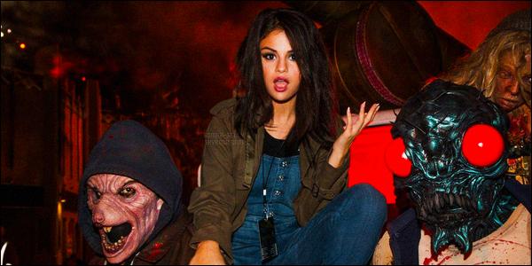 01/11/2015 : Selena Gomez s'est rendue au « Halloween Horror Nights », qui se situe, dans Universal City. Comme vous le savez, Selena adore la période d'Halloween ! Notre brunette était toute mignonne vêtue de sa salopette en jeans. C'est un top !