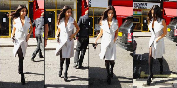 23/09/2015 : Selena Gomez a été vue alors qu'elle se dirigeait à un restaurant, qui se situe dans Londres, UK. Malheureusement, nous avons très peu de photo et de mauvaise qualité. Elle s'accorde entre quelque interview, une pause pour pouvoir déjeuner !