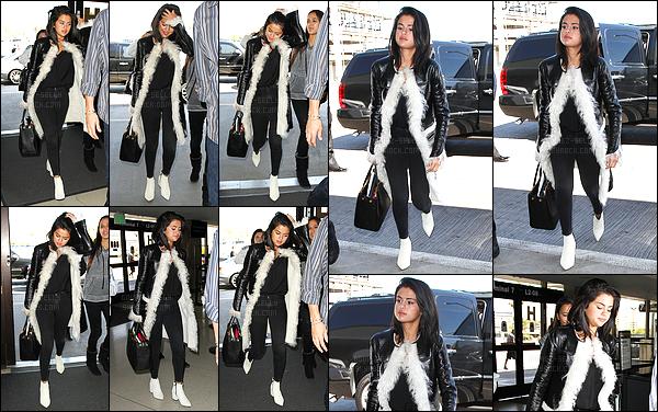 28.04.2015 ─ Selena Gomez a été photographiée, alors, qu'elle arrivait à l'aéroport de LAX, étant, à Los Angeles.Et bien quand elle ne s'offre pas des vacances, Selena Gomez ne cesse de bouger quand même. Sel se rend apparemment à New York pour le Met Gala !