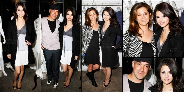 17.10.08 ─ Selena Gomez était présente lors du défilé de Carlin Fashion Collection, étant, dans Los Angeles, CA.Selena M. Gomez été accompagnée de sa mère, Mandy Teefey. Nous avons peu de photo mais nous pouvons voir la tenue de Selena qui est un bof.