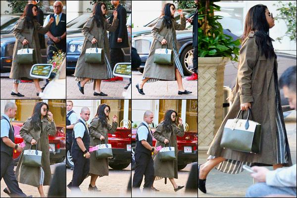 05.11.2015 ─ Selena Gomez a été photographiée alors qu'elle arrivait au «The Peninsula Hotel» dans Beverly Hills.Je n'aime pas mais alors pas du tout sa tenue ! La robe on dirait un rideau et le manteau est horrible et les chaussures je n'en parle même pas ! Un flop.