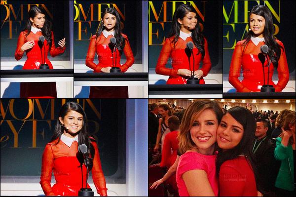 09.11.2015 ─ Selena Gomez était présente à la cérémonie « Glamour Women of The Year 2015 » dans New-York.Notre chanteuse était donc vêtue d'une robe rouge, la matière a l'air assez bizarre mais bon. Sel était coiffé et maquillé très simplement, ça lui va si bien.