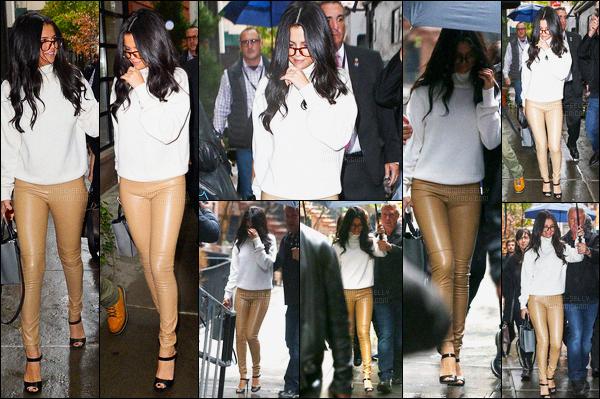 10.11.2015 ─ Selena Gomez a été vue alors qu'elle quittait les répétitions du défilé «Victoria Secret», à New-York.Côté tenue, je n'accroche pas avec le pantalon que Selena G. porte... Mais elle le porte très bien quand même. Ce n'est donc pas un top ! et votre avis ?