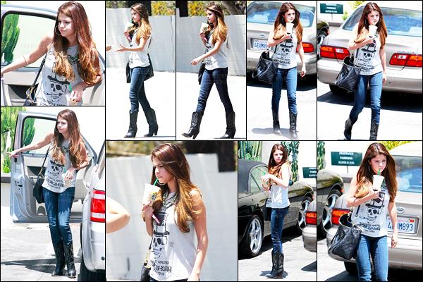 03.07.2012 ─ Selena Gomez a été photographiée, alors, qu'elle quittait un « Starbucks » étant, dans Los Angeles.Selena s'est arrêter à un agent de police je ne sais pas pourquoi. Elle est magnifique, et j'ai un coup de coeur pour sa tenue, un gros top de Selena !