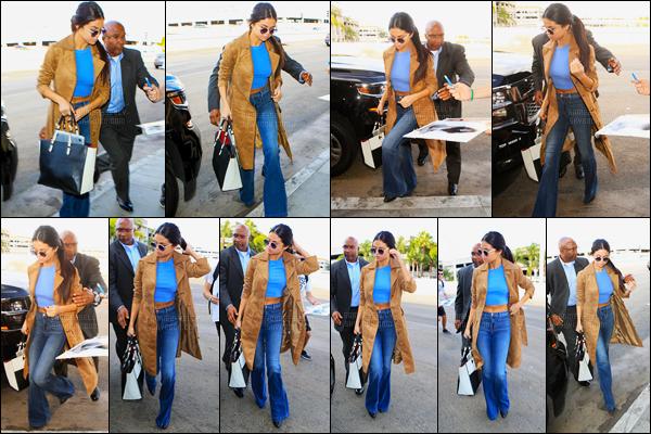 24/11/2015 : Selena Gomez a été aperçue alors qu'elle arrivait à l'aéroport de LAX se situant à Los Angeles. La belle brunette s'est envolée pour le Texas pour fêtée Thanksgiving aux côtés de sa famille. La tenue de Sel est un beau top pour moi, et vous ?